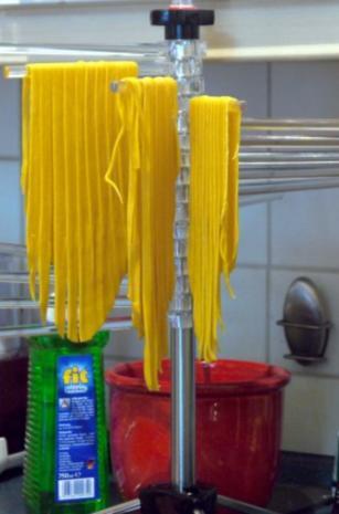 Schwarzer-Sesam-Lachs mit selbstgemachter Tagliatelle und Rosa-Pfeffer-Sauce - Rezept - Bild Nr. 9