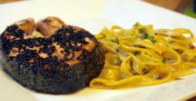 Rezept: Schwarzer-Sesam-Lachs mit selbstgemachter Tagliatelle und Rosa-Pfeffer-Sauce