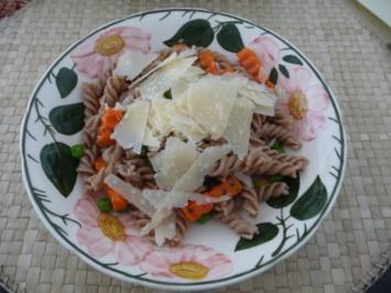 Pasta : Dinkel-Volkorn-Spirelli mit Buttergemüse und gehobeltem Parmesan - Rezept