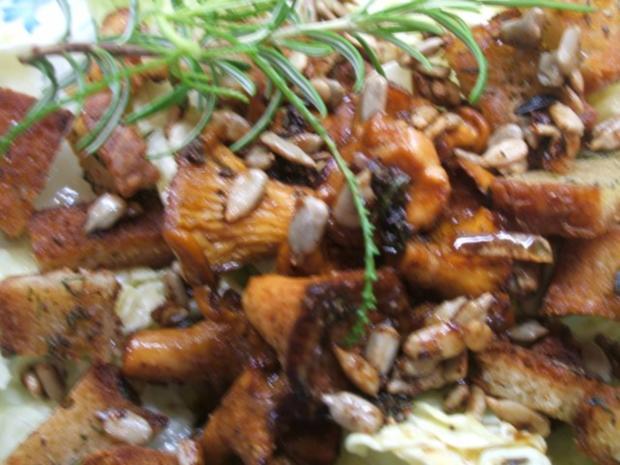Pilze: Salat von marinierten Pfifferlingen mit Kräuter-Croutons - Rezept - Bild Nr. 2