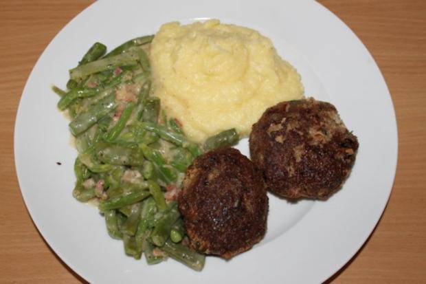 Hackfleischküchle mit Bohnen süß-sauer und Kartoffelbrei - Rezept
