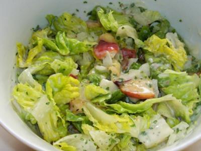 Grüner Salat mit Nektarinen und Joghurtdressing - Rezept