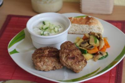 Frikadellen mit Gurken-Joghurt- Dip und Grillgemüse - Rezept