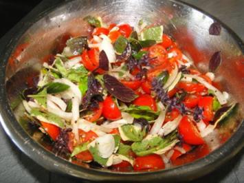 Basilikum-Tomatensalat mit Putenmedaillons - Rezept