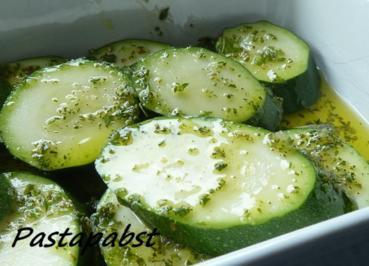 Zucchini vom Grill in Kräuter Marinade - Rezept