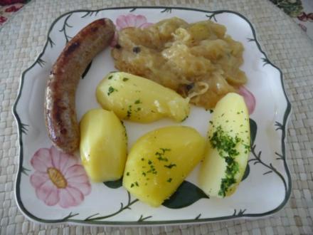 Hackfleisch :  Bratwurst an Trauben - Sauerkraut dazu Petersilienkartoffeln - Rezept