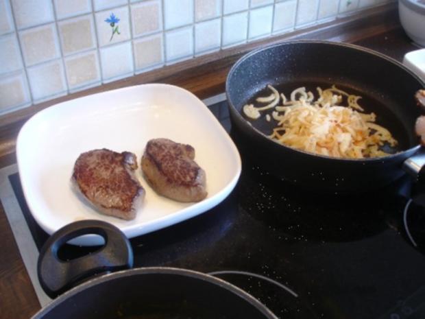 Steaks mit Zwiebelhaube, Rosmarin Pommes frites und Pfifferlingen mit Champignons - Rezept - Bild Nr. 17