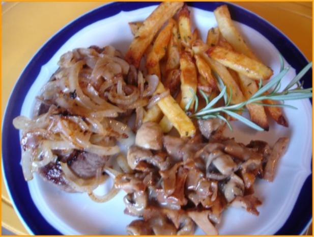 Steaks mit Zwiebelhaube, Rosmarin Pommes frites und Pfifferlingen mit Champignons - Rezept