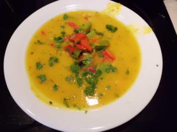 Suppe: Kürbis-Karotten-Suppe mit mediterranen Buttergemüse - Rezept