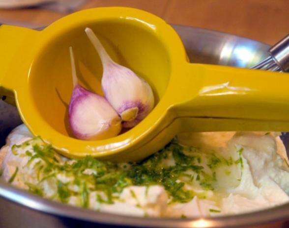 Zucchinischeiben in Käsepanade mit Minz-Dip - Rezept - Bild Nr. 3