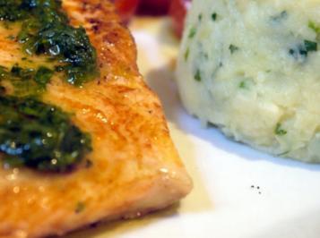 Lachs mit gewürztem Olivenöl und Kartoffel-Petersilienwurzel-Püree - Rezept