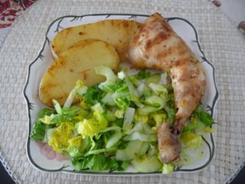 Geflügel : Hähnchenschenkel und Kartoffelscheiben vom Grill mit Salat - Rezept