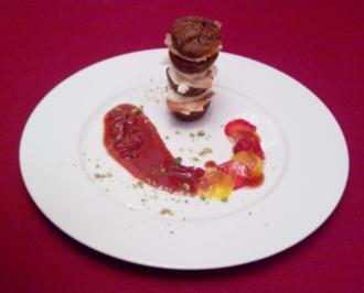 Schoko-Mascarpone-Turm mit Karamellblättern an einer Reduktion von Balsamico, Erdbeeren und Mango - Rezept