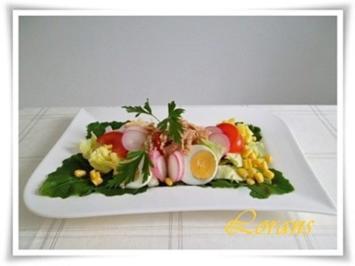 Eisbergsalat auf Kohlrabi Blättern mit Thunfisch und …. - Rezept