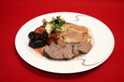 Wilder Sauerbraten mit Pilzgemüse, Portweinpflaumen und Serviettenknödel - Rezept