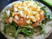 Feldsalat mit Lachs-Ei-Topping - Rezept