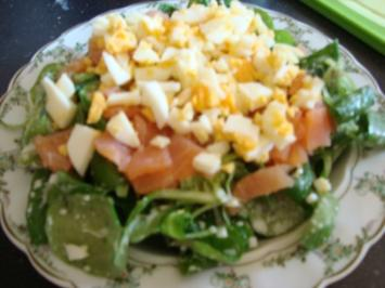 Rezept: Feldsalat mit Lachs-Ei-Topping