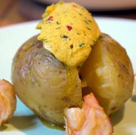 Ofenkartoffeln mit Curry-Chili-Butter und gebratenen Garnelen - Rezept