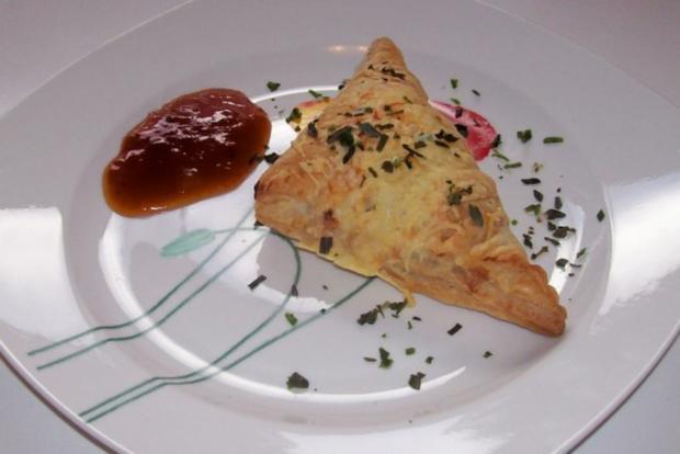 Snack/Vorspeise: Herzhaft-süße Blätterteigtaschen mit Pflaumen-Schinken-Füllung - Rezept