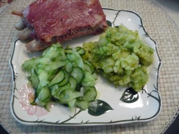 Schwein : Gegrillte Rippen aus dem Backofen mit Kartoffel-Brokkoli-Stampf und Gurkensalat - Rezept
