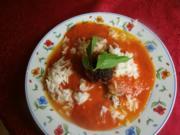 Tomatensuppe mit Reis und käsigen Hackbällchen - Rezept