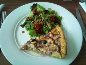 Artischocken Zwiebel Tarte mit Pflücksalat und Feigenbalsam - Rezept