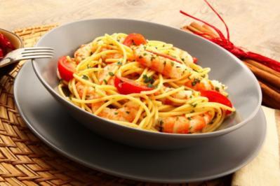 Vollkornnudeln mit Gemüsesauce und Shrimps - Rezept