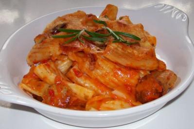 Scharfer Nudelauflauf mit Wurst und gekräuterter Paprika-Parmesansoße - Rezept