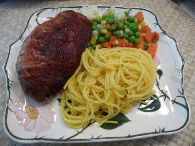 Geflügel : Gegrillter Putenschenkel, Mischgemüse und gebutterten Spaghetti - glutenfrei - - Rezept