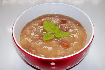 Einfaches Apfelkompott mit Zimt und Sultaninen - Rezept