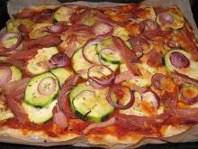 Pizza con zucchini e pancetta - Rezept