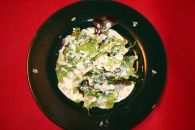 Salate der Saison mit Gänseblümchen und hausgemachtem Sahnedressing - Rezept