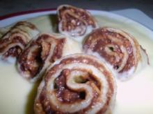Palatschinken mit Schoko-Nuss Füllung, dazu Vanillesauce - Rezept