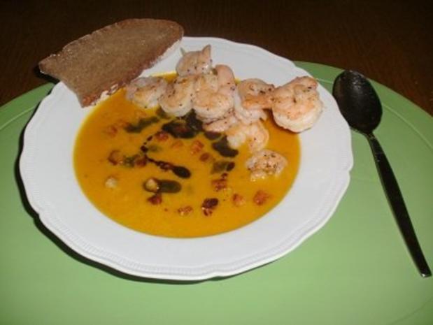 Kürbiscremesuppe mit Croûtons, Basilikum Pesto und Garnelenspieße - Rezept