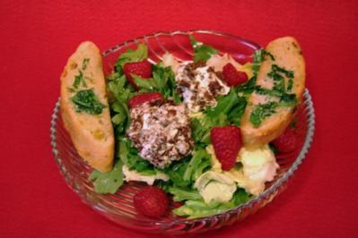 Salat der Saison mit Ziegenkäsebällchen und Himbeeren - Rezept