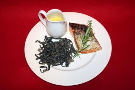 Schwarze Tagliatelle mit Lachs, dazu Weißwein-Safran-Orangensoße - Rezept