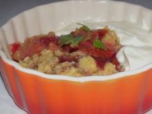 Süßspeisen: Pflaumen-Tonkabohnen-Crumble mit Orangencreme - Rezept