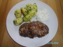 Wilde Fleischlaibchen mit Petersilkartoffeln und Knoblauchsoße - Rezept