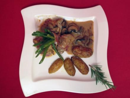 Schweinefilet im Speckmantel in Champignon-Weißweinsauce mit Rosmarinkartoffeln und Bohnen - Rezept