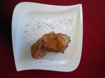Lachsschnittchen auf geröstetem bergischem Brot mit frischem Meerrettich - Rezept