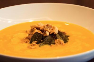 Kürbissuppe mit Zimt, Sternanis, Amaretti und Salbei - Rezept