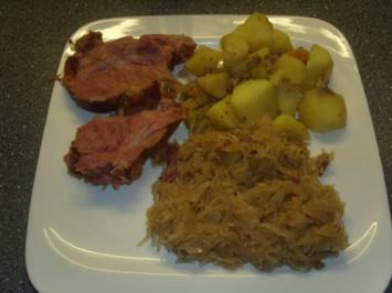 Kasseler-Sauerkraut und Buillonkartoffeln - Rezept