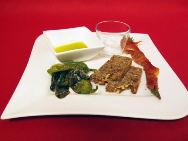 Knusprige Serrano-Rosmarin-Spieße mit Meersalz-Pimentos und selbstgebackenem Brot - Rezept