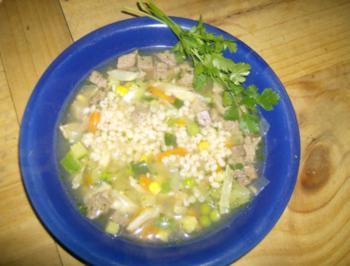 kräftige Rindfleischbrühe mit Graupen und Gemüse - Rezept
