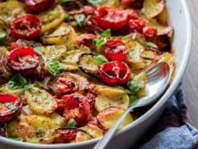 Röstkartoffeln mit Kirschtomaten und Zwiebeln - Rezept