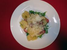 Spaghetti aglio, olio e salame auf Rucolabett - Rezept