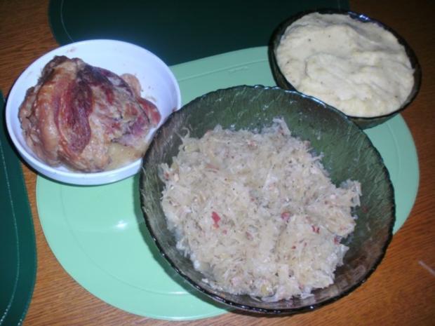 Weinsauerkraut mit Schweinshaxe und Kartoffelpürre - Rezept - Bild Nr. 2