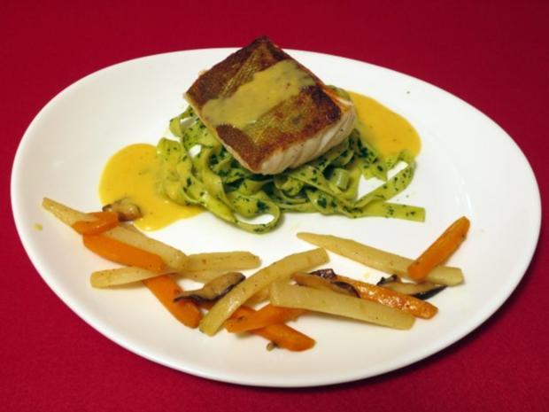 Fischfilet auf Koriandernudeln mit Maracujasoße, Gemüse und Pilzen - Rezept