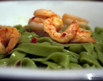 Tagliatelle verde aglio, olio, peperoncini e gamberetti - Rezept