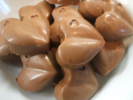 Pralinen: Noisette-Cranberry- und Weiße Rumrosinen-Herzen (je 15 Stück) - Rezept